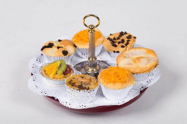 Bigné tailandesi del dessert con su un supporto del dolce