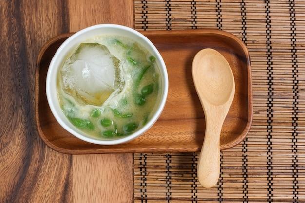 Dessert tailandese. vermicelli corti di pandan thailandese in latte di cocco e zucchero di palma.