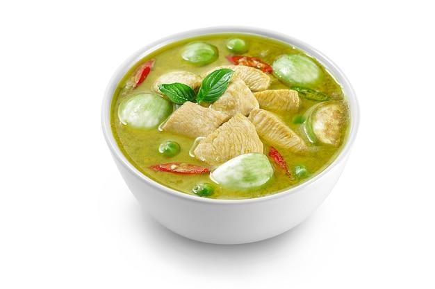 Curry verde isolato del pollo dell'alimento tailandese, filetti affettati della bestia di pollo, melanzane quadrate, melanzane del pisello, foglie del basilico e pepe.