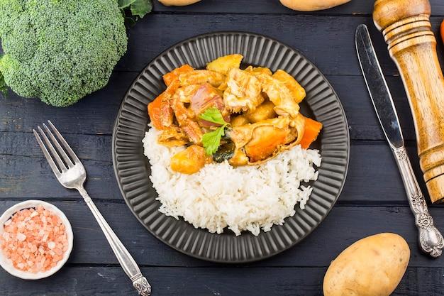 Cibo tailandese: riso vegetale al curry e granchio