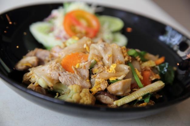 Tagliatella fritta dell'alimento tailandese con l'uovo e la carne di maiale
