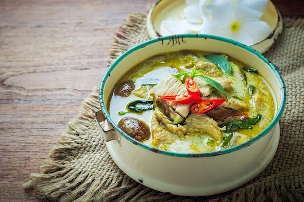 Pollo tailandese del curry di verde dell'alimento su fondo di legno.