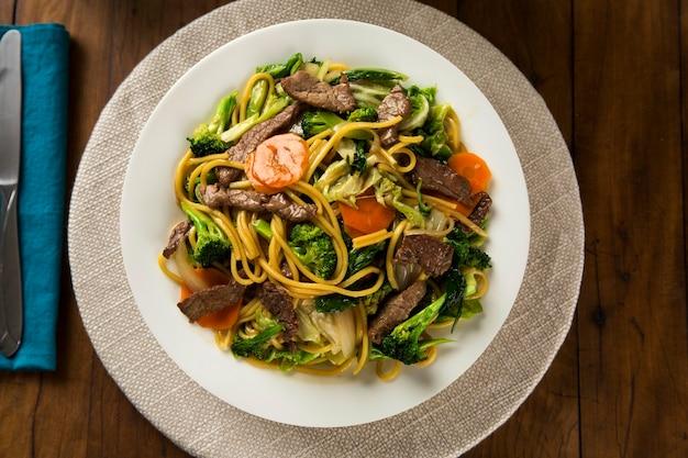 Cibo tailandese pad thai, tagliatelle saltate in padella con gamberetti, carne e verdure