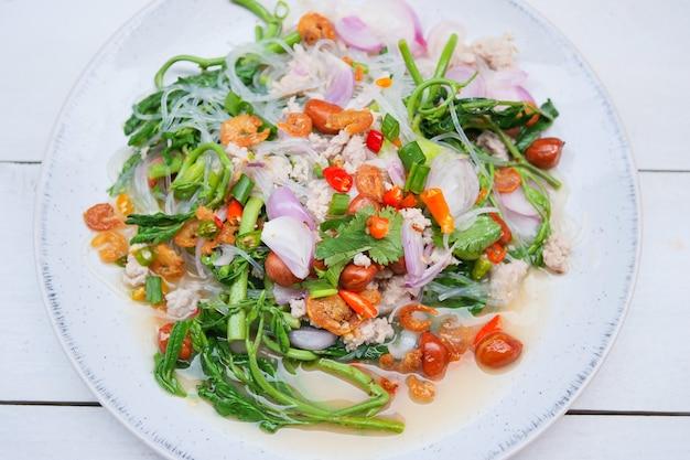 Alimento tailandese, insalata piccante della mimosa dell'acqua