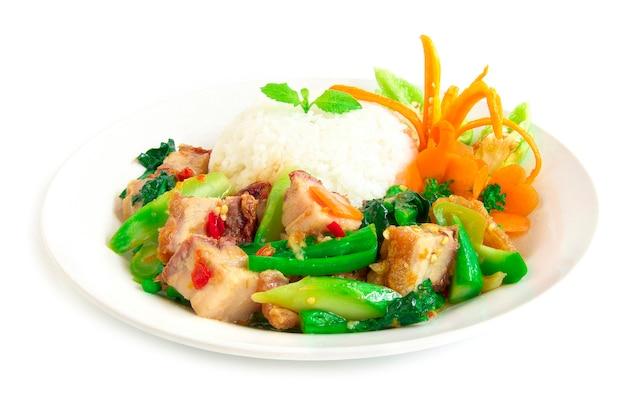 Cibo tailandese stirfried crispy pork piccante e cavolo cinese servito con riso