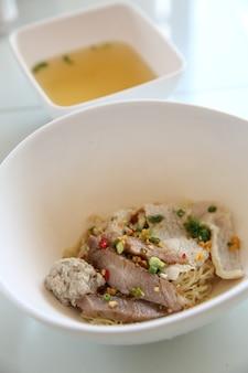 Cibo tailandese tom yum noodle in stile tailandese