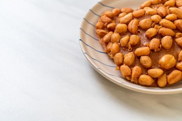 Biscotti di arachidi fritti tailandesi sul piatto