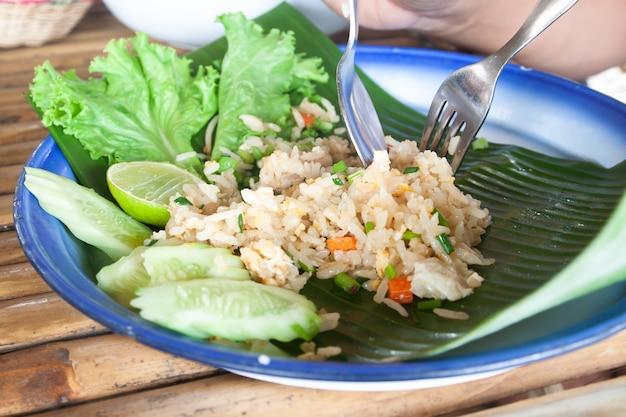 Riso fritto tailandese con uova, carne di maiale, carota su foglia di banana, stile di servire cultura tailandese originale