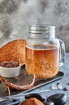 Caffè ghiacciato tailandese con latte di cocco con ghiaccio tritato in un barattolo di vetro