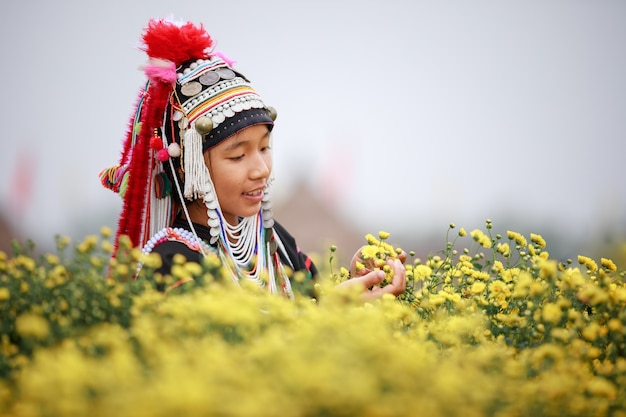 Le donne tailandesi della montagna di karen nel campo delle piante fiorite dei crisantemi a chiang mai thailandia agricola