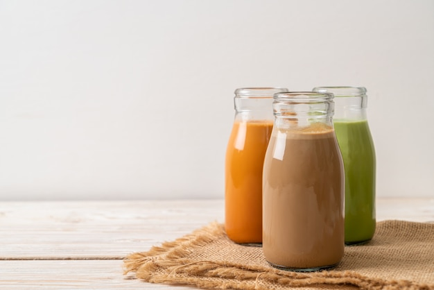 Tè al latte tailandese, tè verde matcha, latte e caffè in bottiglia