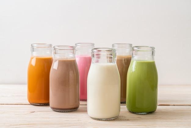 Tè al latte thailandese, tè verde matcha latte, caffè, cioccolato al latte, latte rosa e latte fresco in bottiglia