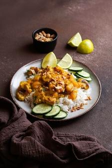 Pollo tailandese dell'arachide con il mango piccante della calce