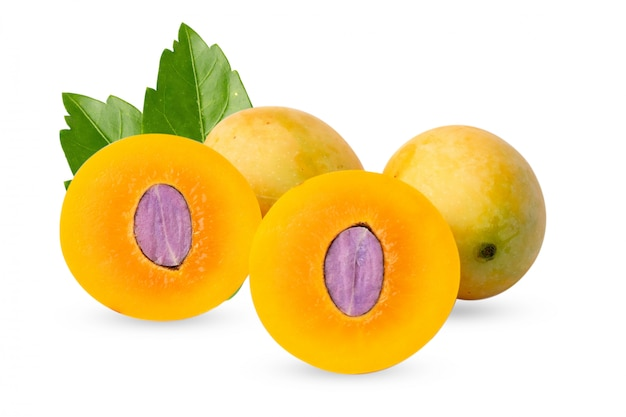 Plango tailandese, plum mango, mayongchid, maprang o frutta gialla dolce di marian plum isolata su fondo bianco.