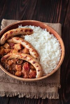 Curry rosso tailandese con le salsiccie