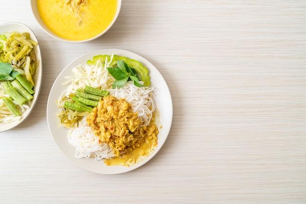 Spaghetti di riso tailandesi con curry di granchio e verdure di varietà