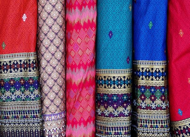 Fila tailandese del tessuto di seta background.closeup