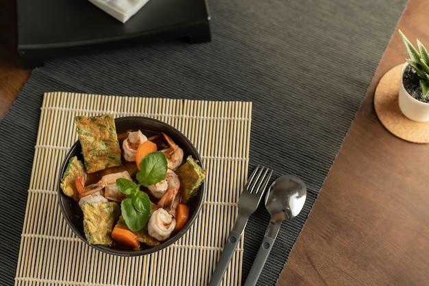 Zuppa di curcuma acida tailandese o pasta di curry di verdure acide con frittata di pennata di acacia
