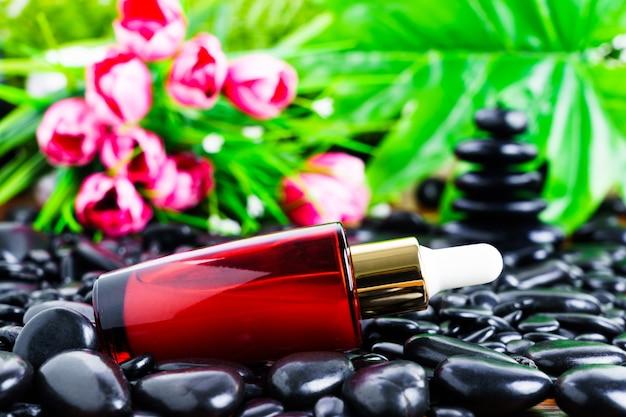 Impostazione di massaggio thai spa con contagocce rosso per bottiglie di olio di siero