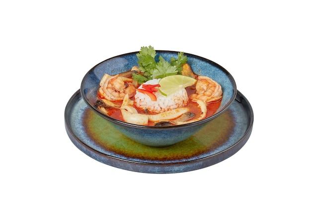 Zuppa di pesce piccante tailandese, piatto del ristorante, immagine isolata