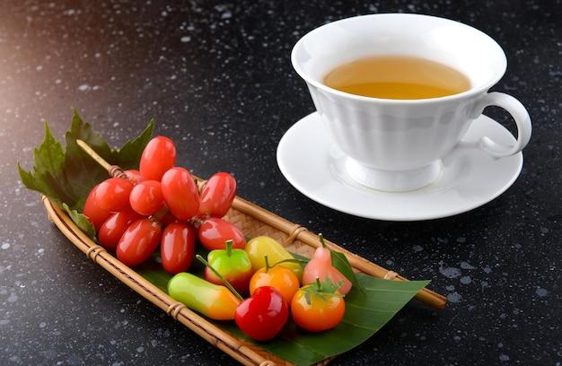 Stile tailandese dessert a forma di frutta con illuminazione da studio.