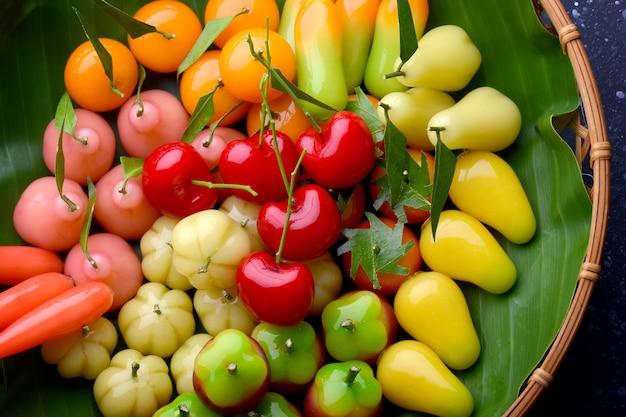 Impostazione di dessert a forma di frutta in stile tailandese con illuminazione da studio.