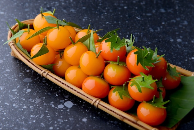Impostazione di dessert a forma di frutta arancione in stile tailandese con illuminazione da studio.