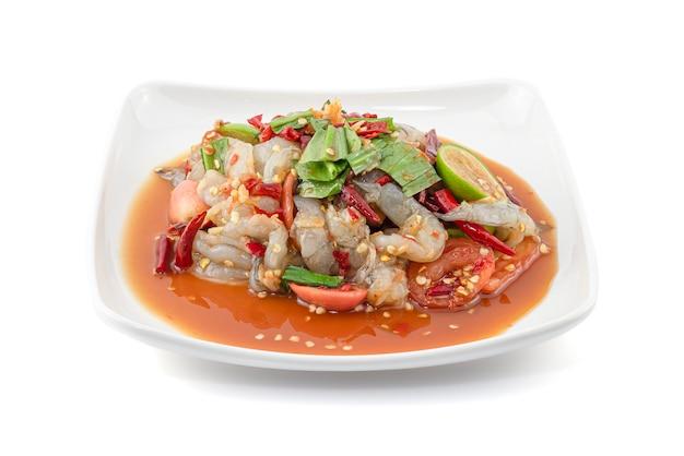 Insalata piccante dei frutti di mare di stile tailandese con i gamberi isolati su bianco