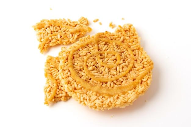 Torte di riso croccanti dolci tailandesi con filo di zucchero di canna