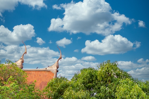 Fondo antico del cielo blu del tempio tailandese con le nuvole minuscole