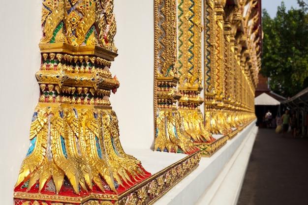 Pilastri tailandesi del tempio.