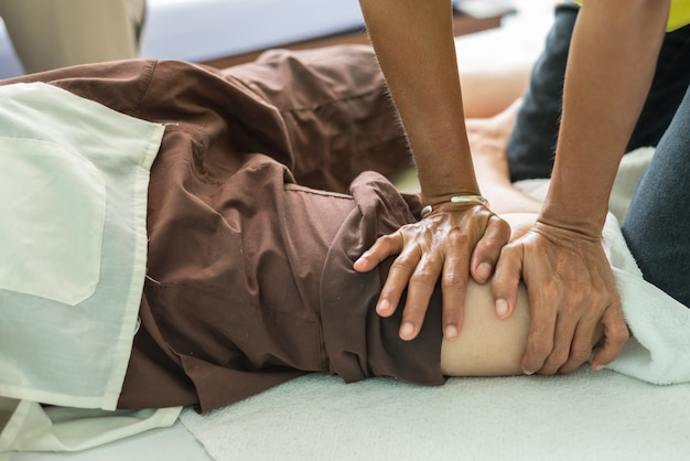 Massaggio tradizionale tailandese per il trattamento di dolori dolori