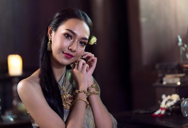 Donne tailandesi che indossano costumi tradizionali nei tempi antichi durante il periodo ayutthaya