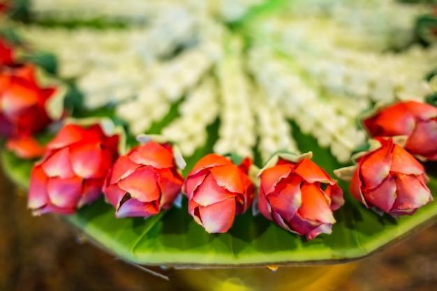 Fiore tailandese della corona nell'hotel.