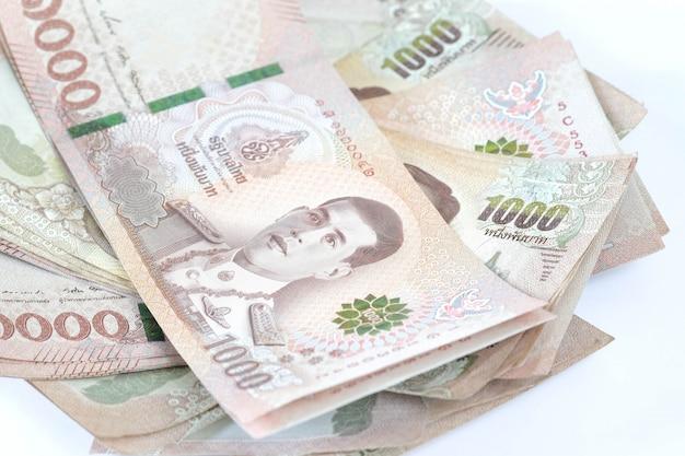 Banconota thailandia isolato su sfondo bianco.