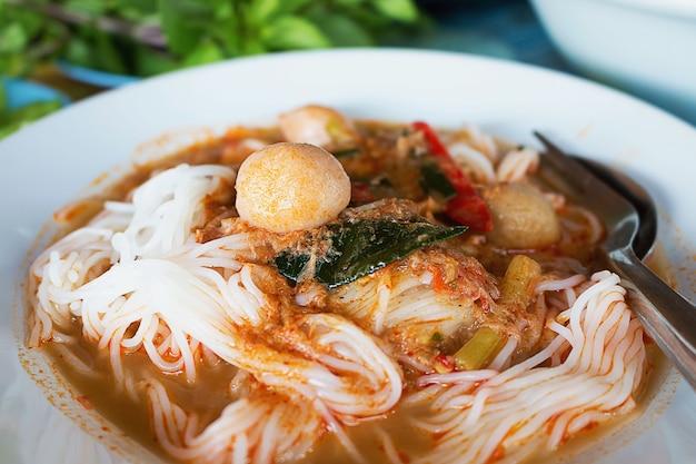 Tagliatelle alimentari tailandesi condite con salsa a base di salsa chili
