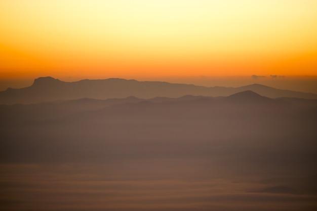 Paesaggio della thailandia con bella vista all'alba delle nuvole
