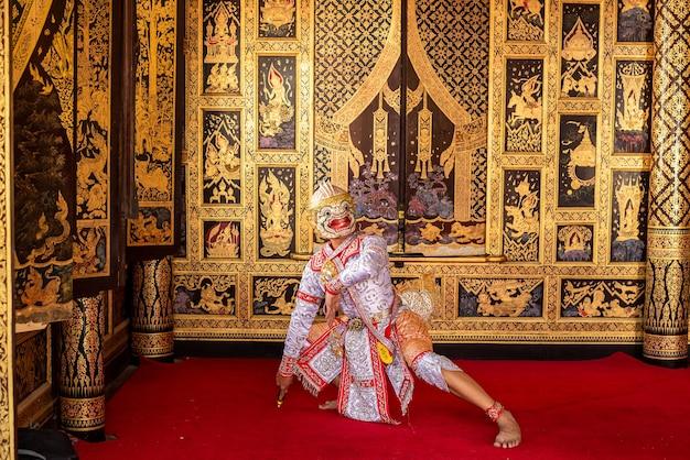 Ballerino tipico thailandese con abiti tipici su sfondo pareti dorate