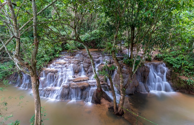 Than thong waterfall situata nel distretto di khiri rat nikhom, surat thani, thailandia