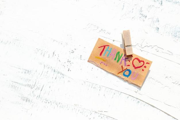 Biglietto di ringraziamento sul tavolo di legno bianco per il team medico durante l'epidemia di covid-19