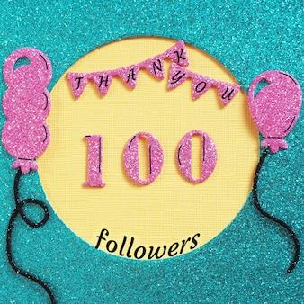 Grazie 100 abbonati con palloncini e bandiere. concetto grazie agli amici sui social network.