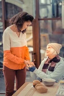 Grazie per l'aiuto. felice donna di mezza età che sorride mentre si sente la gentilezza delle persone