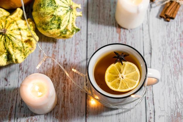 Sfondo di ringraziamento, composizione con zucche, foglie secche di autunno, candele su fondo in legno. vacanze autunnali, raccolta della zucca. verdure di stagione.