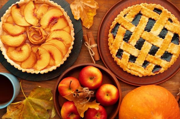 Bacca di ringraziamento e mele varie torte su una superficie di legno
