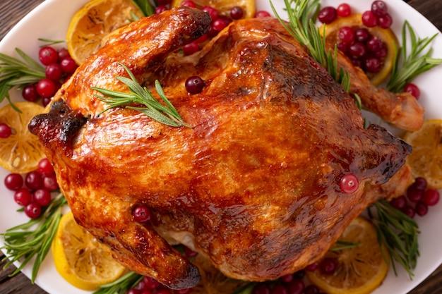 Ringraziamento pollo sulla tavola di legno cena di gala. pollo di natale