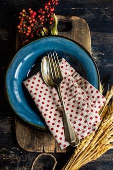 Il giorno del ringraziamento o il concetto di raccolto autunnale con telaio con noci, bacche, verdura e frutta su una superficie di legno scuro con spazio di copia