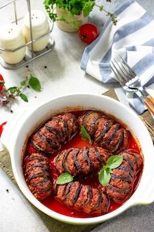 Concetto di cibo per il giorno del ringraziamento melanzane al forno fatte in casa ripiene di carne di tacchino in salsa di pomodoro