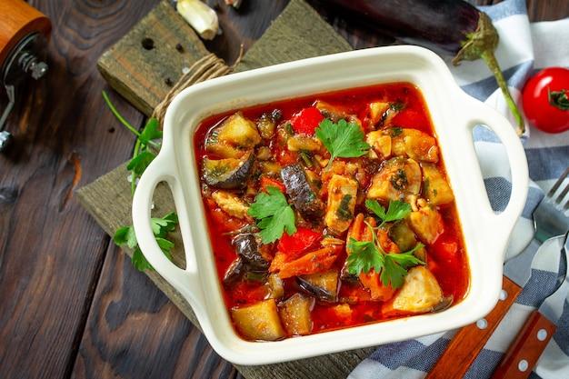 Concetto di cibo del giorno del ringraziamento tacchino in umido fatto in casa con verdure