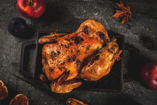 Cibo del giorno del ringraziamento. pollo intero arrosto o tacchino su grigio scuro, vista dall'alto
