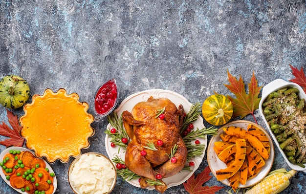 Cena tradizionale del giorno del ringraziamento. tacchino al forno, torta di zucca, casseruola di fagiolini e purè di patate